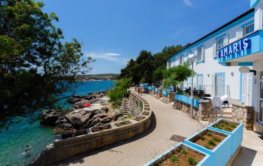 Depandansa-Tamaris-Ljetovanje-Jadran-otok-Krk-pogled-izvana-870x550