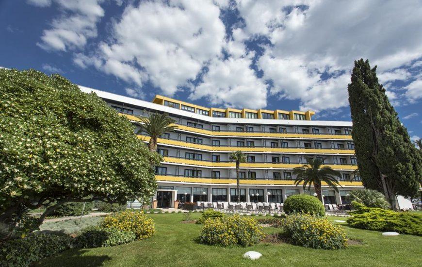 Hotel-Ilirija-Ljetovanje-u-Biogradu-pogled-na-hotel-izvana-870x550