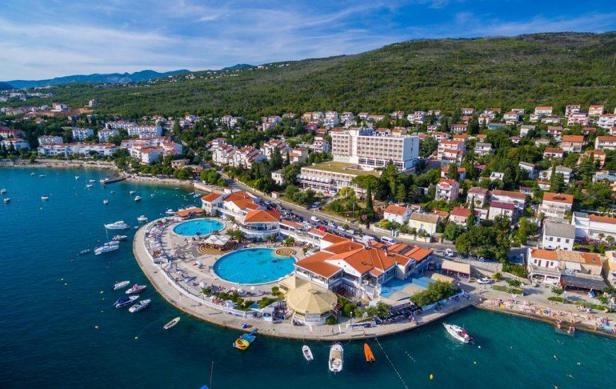 Hotel-Katarina-Selce-Ljetovanje-na-Jadranu-pogled-iz-zraka-na-hotel-870x550