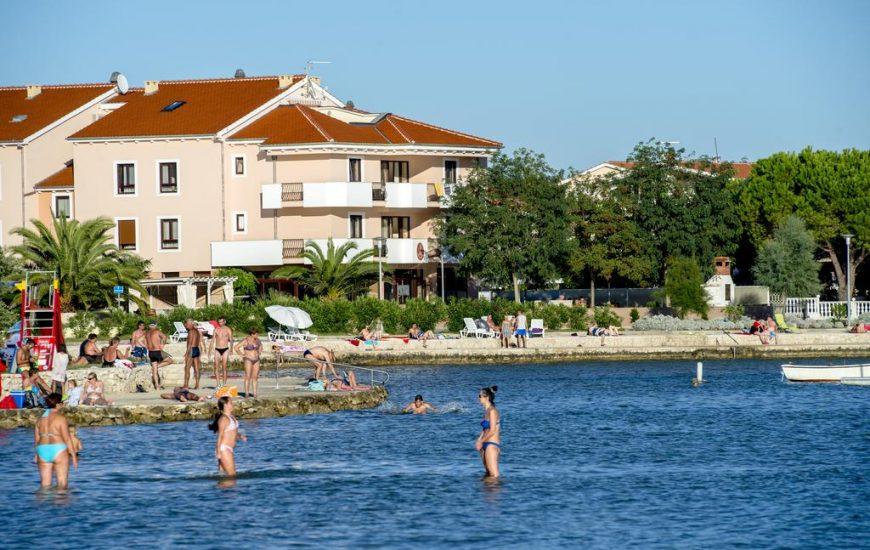 Hotel-Laguna-Ljetovanje-u-Zadru-kupanje-870x550