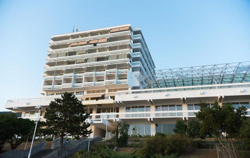 Hotel-Omorika-Crikvenica-Ljetovanje-na-Jadranu-eksterijer-hotela-870x550 (1)