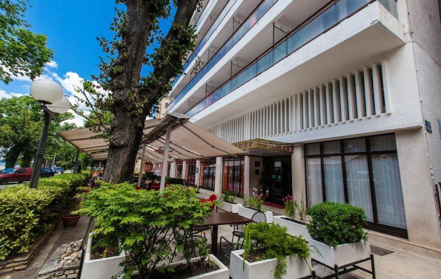 Hotel-Zagreb-Ljetovanje-na-Jadranu-Crikvenica-ulaz-u-hotel-870x550