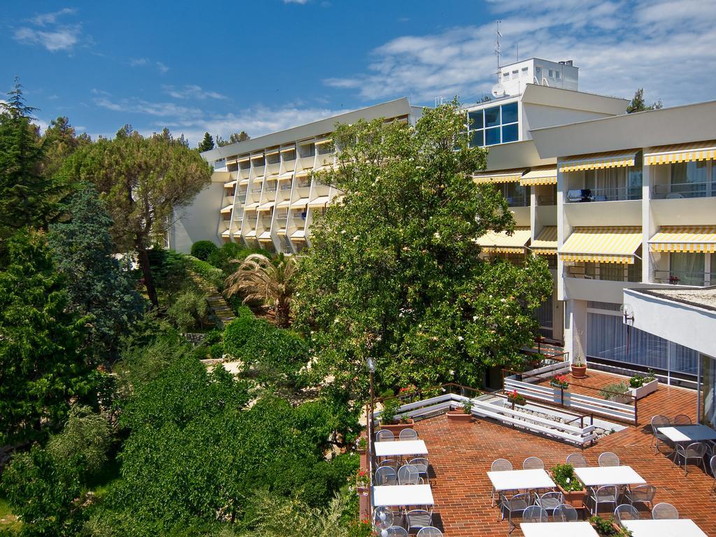 Hotel-Kimen-Cres-Ljetovanje-na-Jadranu-hotel-i-terasa-izvana