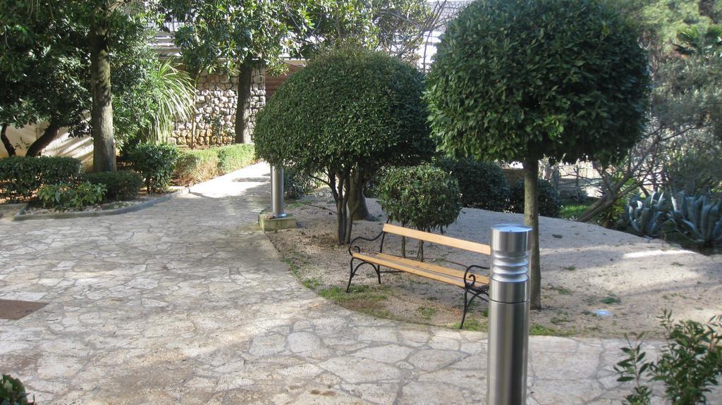 Hotel-Kimen-Cres-Ljetovanje-na-Jadranu-izgled-vrta