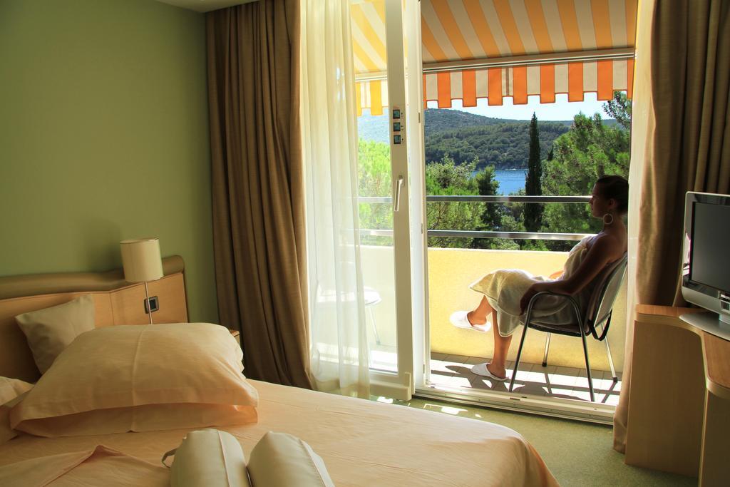 Hotel-Kimen-Cres-Ljetovanje-na-Jadranu-soba-s-balkonom