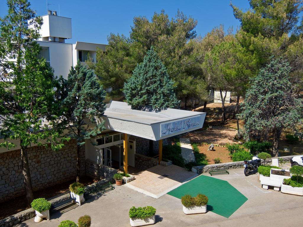 Hotel-Kimen-Cres-Ljetovanje-na-Jadranu-ulaz-u-hotel