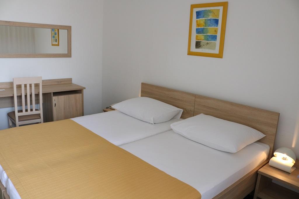 Hotel-Medena-Seget-Donji-std-park-strana