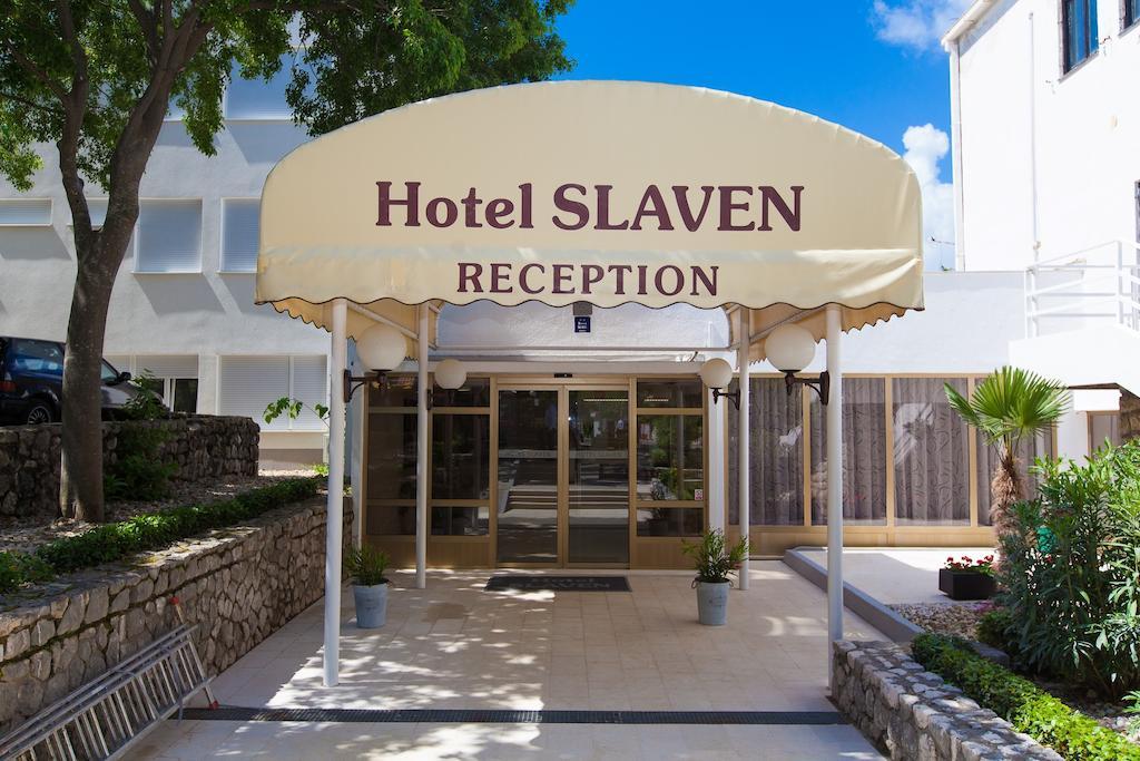 Hotel-Slaven-Selce-Ljetovanje-na-Jadranu-ulaz-u-hotel