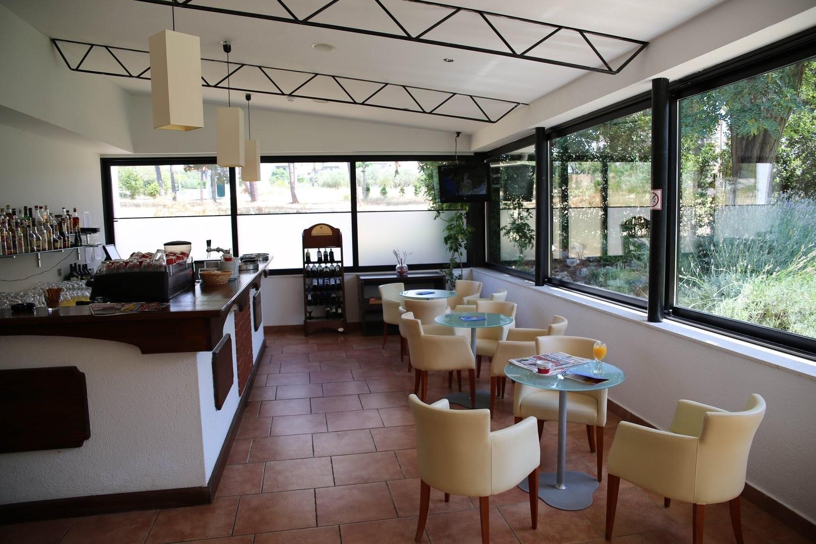 Hotel-Villa-Donat-Ljetovanje-u-Sv.-Filipu-i-Jakovu-bar-u-sklopu-hotela