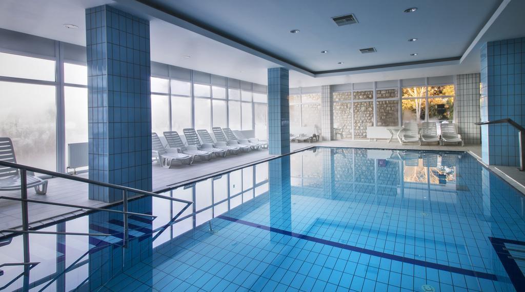 Ljetovanje-Biograd-Hotel-Adria-interijer-unutarnji-bazen