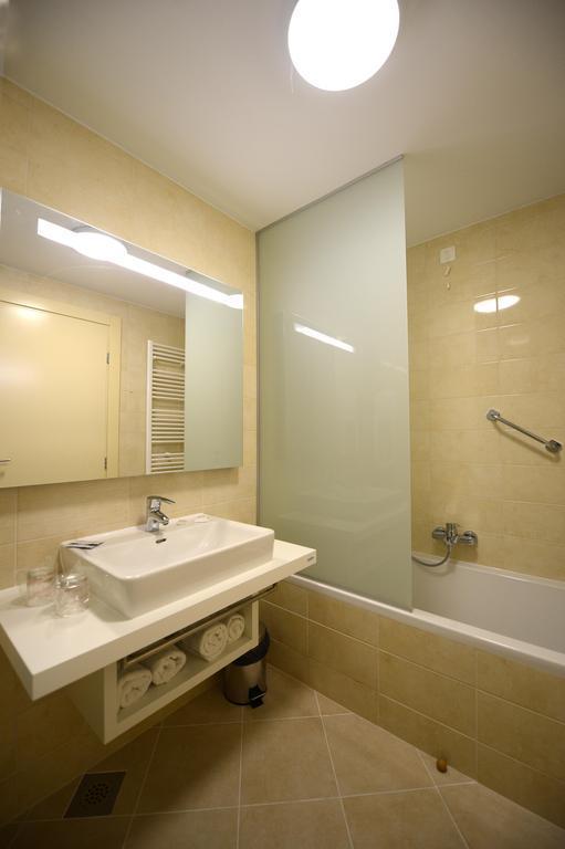 Ljetovanje-Biograd-Hotel-Adria-kupaonica