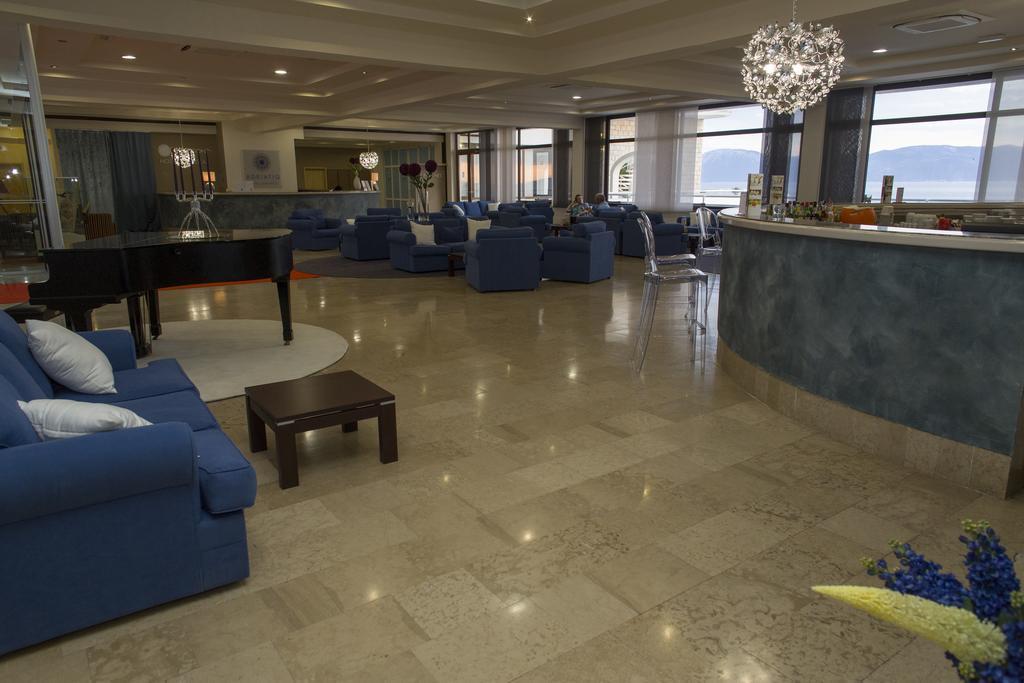 Ljetovanje-Gradac-Adriatiq-hotel-Labineca-piano-bar-i-lobby