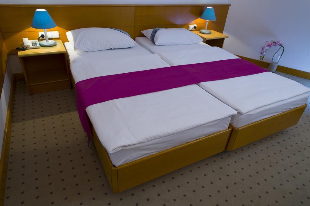 Ljetovanje-Gradac-Adriatiq-hotel-Labineca-soba-3