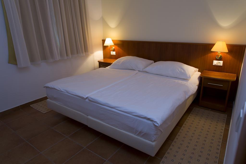 Ljetovanje-Gradac-Adriatiq-hotel-Labineca-soba-4