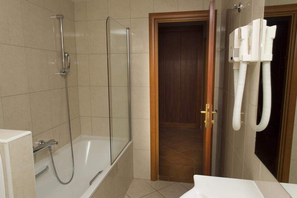 Ljetovanje-Gradac-Adriatiq-hotel-Labineca-soba-kupaonica-kada-wc-2