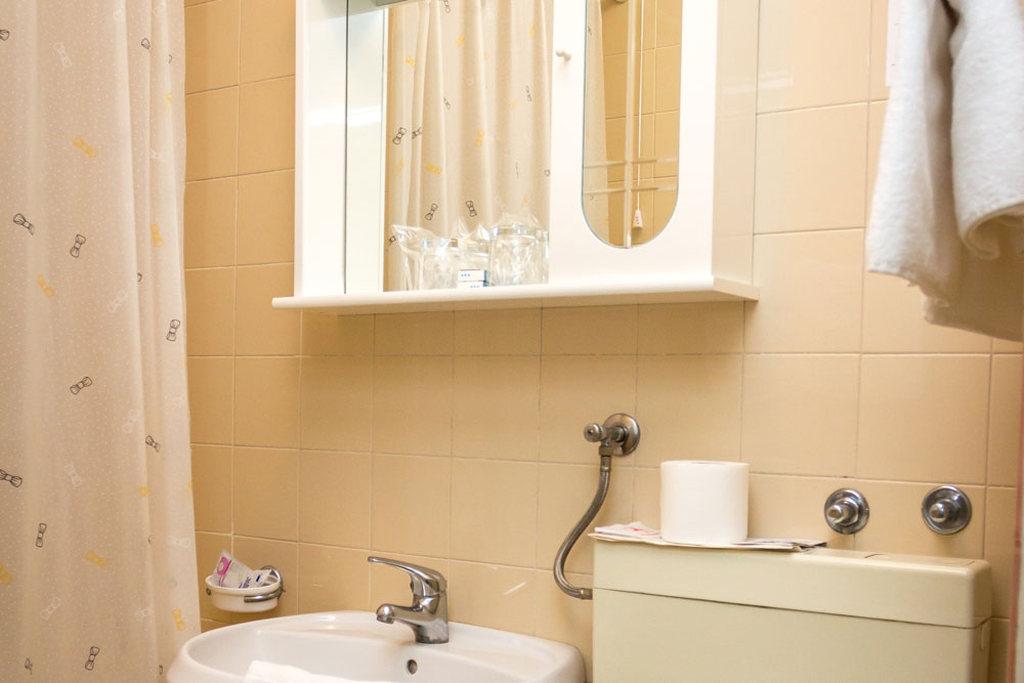 Ljetovanje-Pirovac-Hotel-i-Ville-Miran-kupaonica