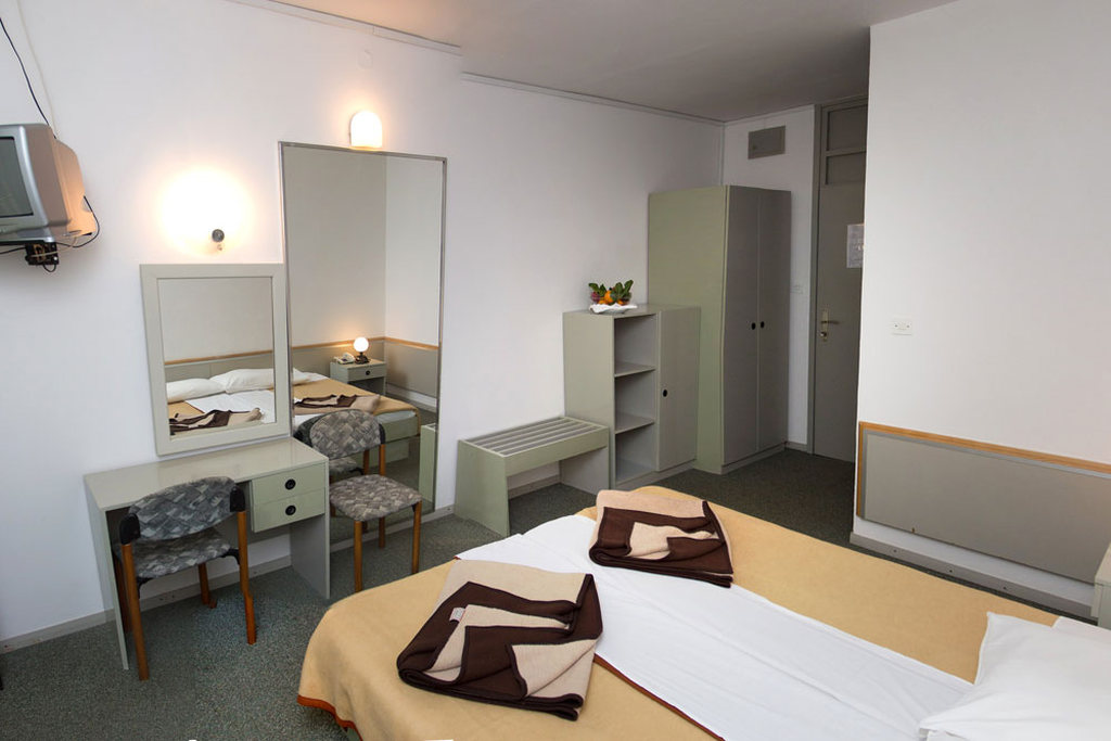 Ljetovanje-Pirovac-Hotel-i-Ville-Miran-soba-hotel-3