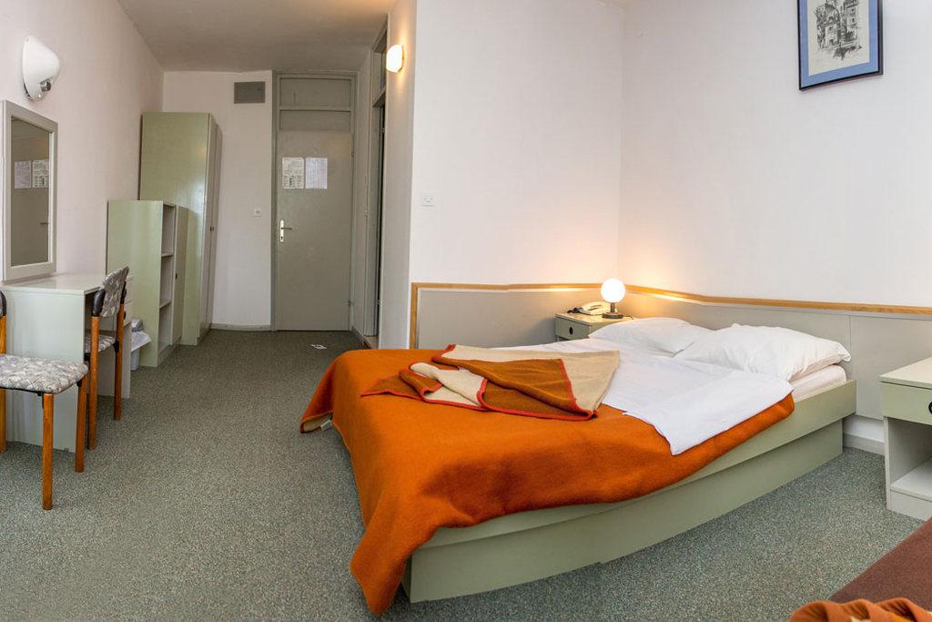 Ljetovanje-Pirovac-Hotel-i-Ville-Miran-soba-hotel