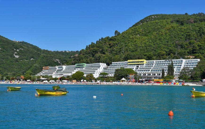 Ljetovanje-Rabac-resort-hoteli-izdaleka-1-870x550