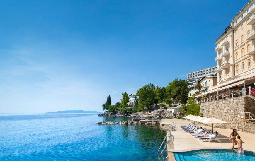 ljetovanje-Opatija-Remisens-Smart-Selection-Hotel-Istra-vanjski-bazen-i-more-1-870x550