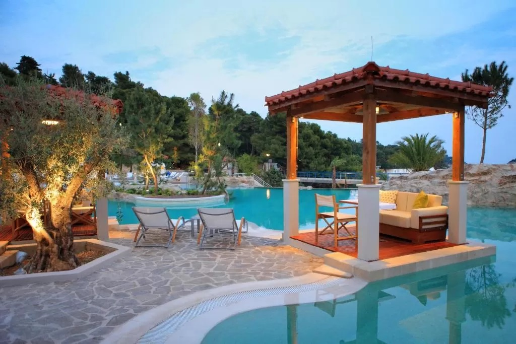 Amfora-Hvar-Grand-Beach-Resort-bazen