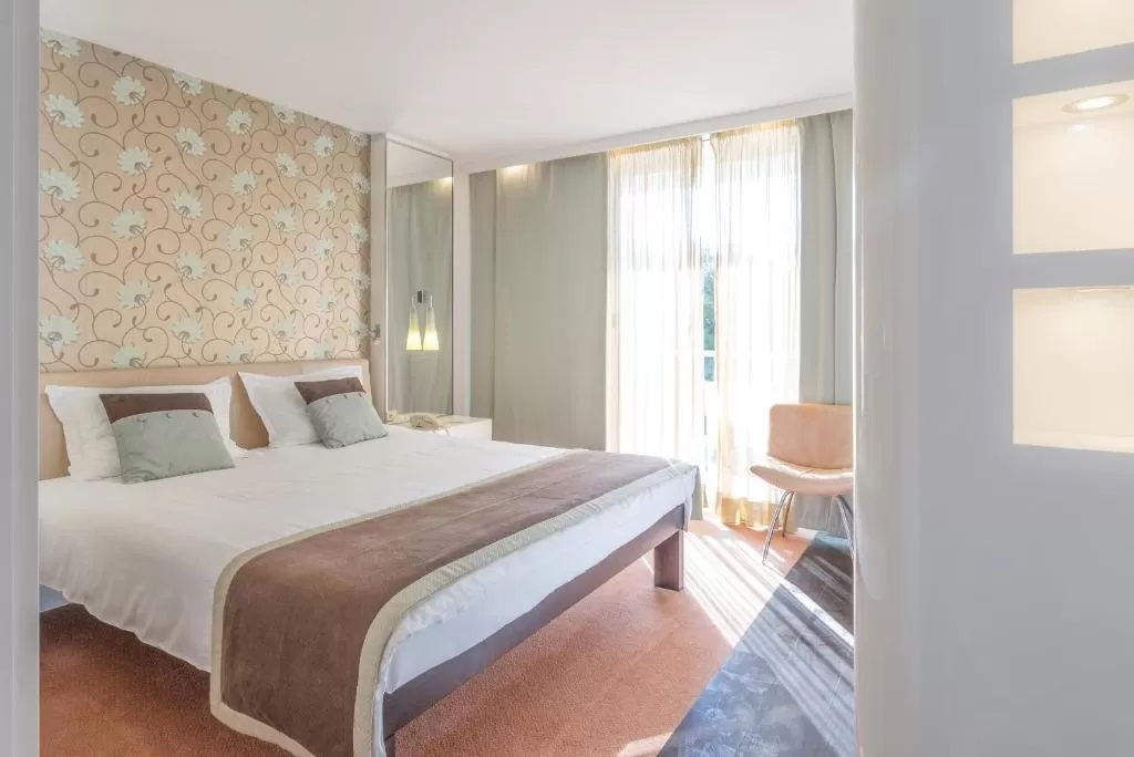 Amfora-Hvar-Grand-Beach-Resort-soba