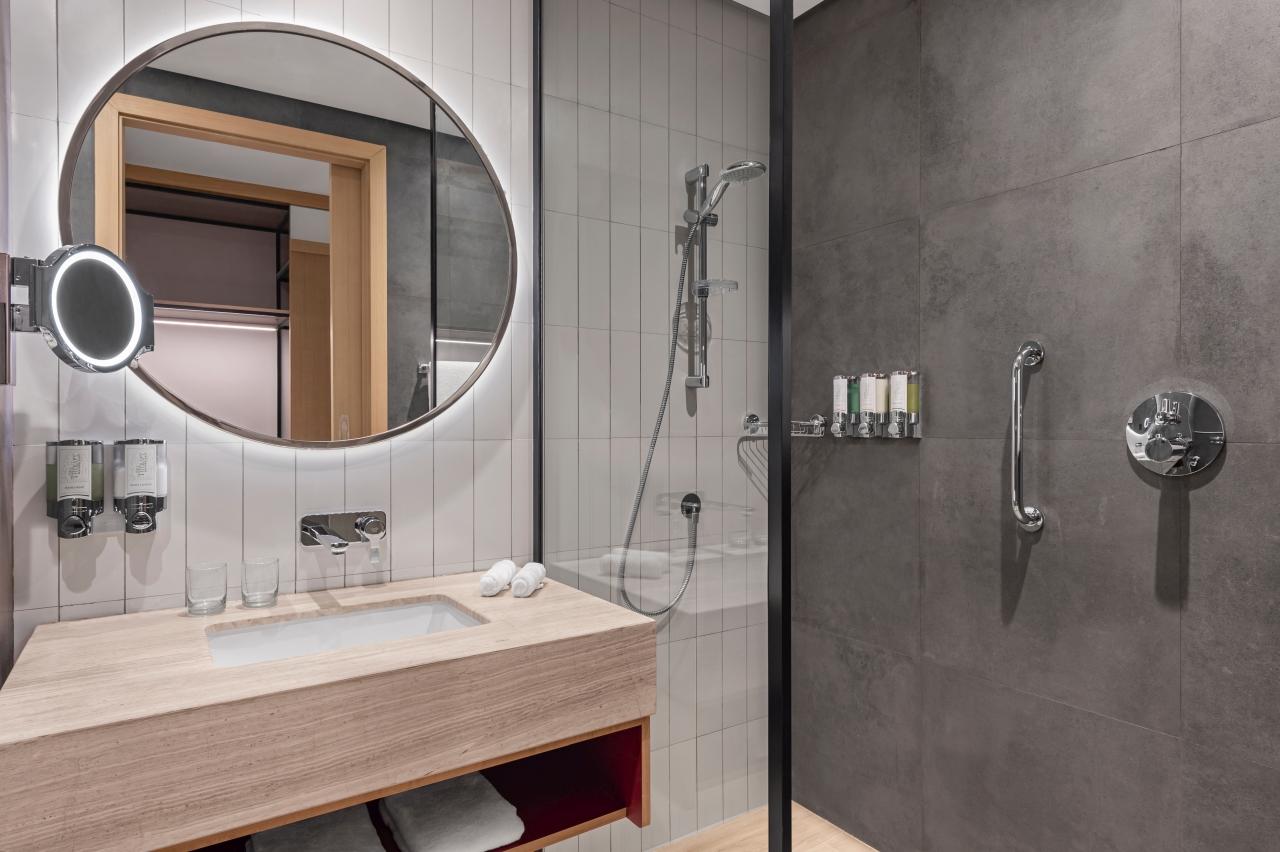 RKTMAHX_Standard Room Bathroom